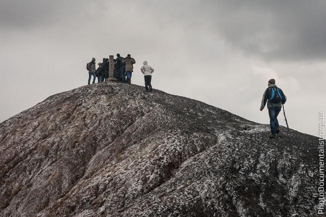 Туристи йдуть на терикон