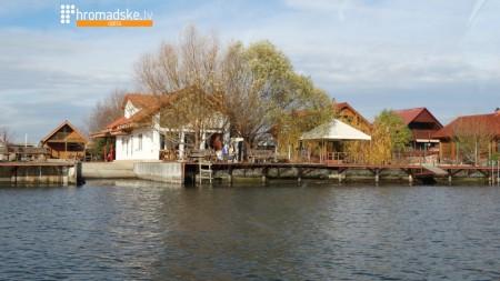 Приватні будинки на березі Дністра