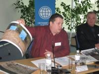 член НККП Валерій Ловчиновський у ході обговорення доповіді щодо законодавства про біорізноманіття демонструє фото лісопорушень у Харківській та Донецькій областях