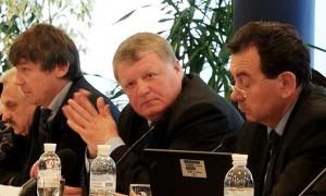 На фото Валерія Подкоритова: голова ДАЛР В. Черняков (в центрі) на круглому столі з лісової політики