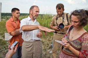 Михайло Довбенчук спілкується з учасниками прес-туру ENVSEC/ОБСЄ