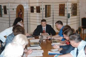 В центрі - Ю Мірошніченко (кр стіл після дедлайну надання правок до закону)